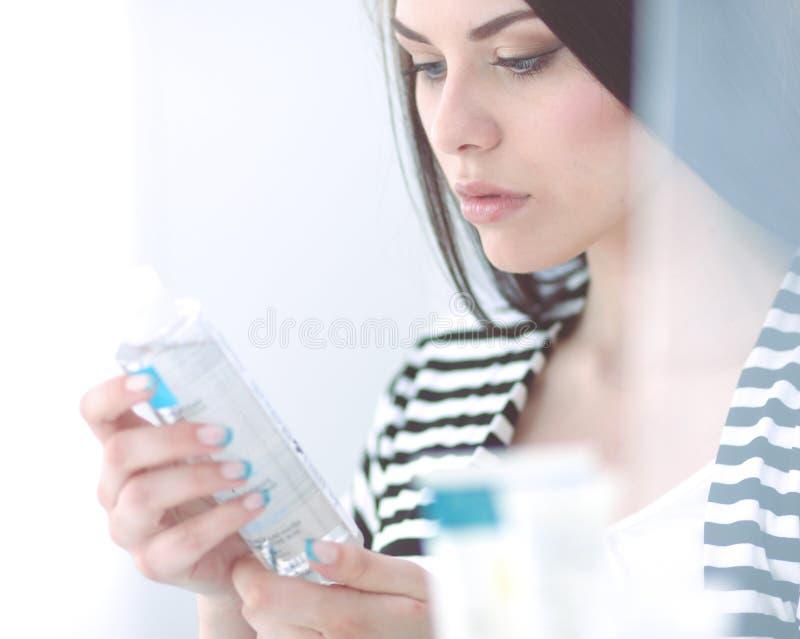Красивая молодая женщина в магазине стоковое изображение rf
