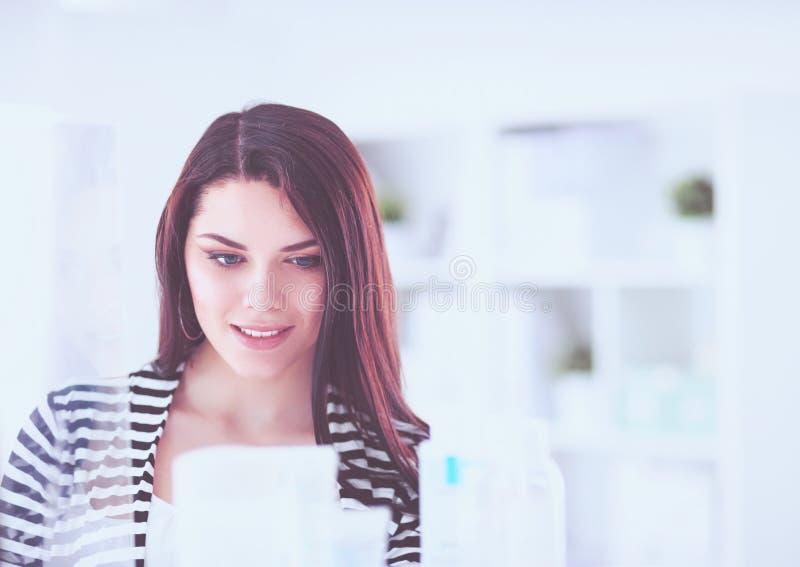 Красивая молодая женщина в магазине стоковое фото