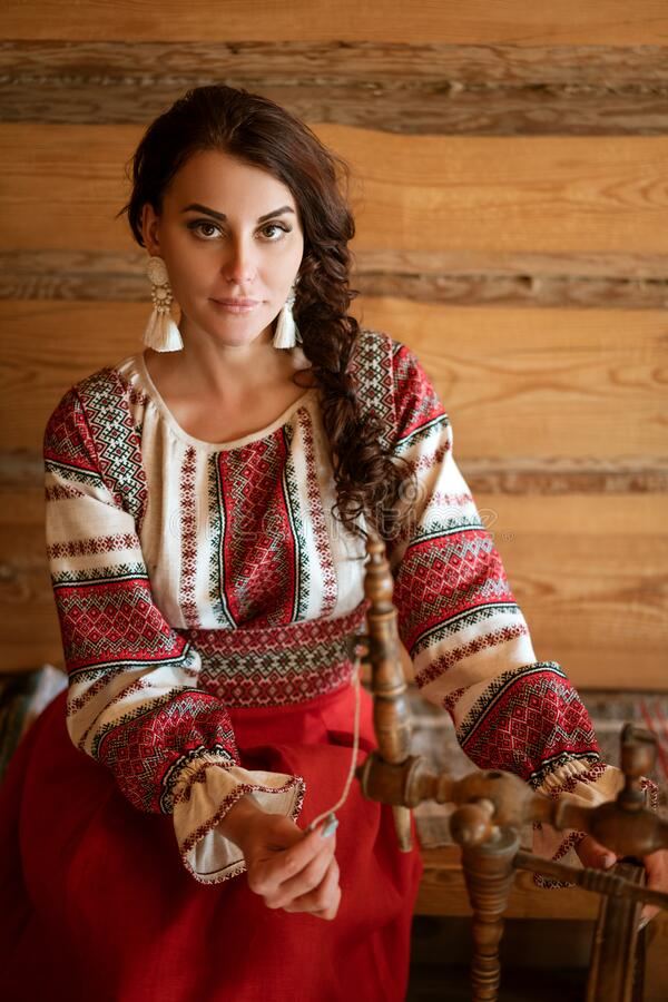 Красивая молодая женщина в национальном костюме стоковая фотография rf