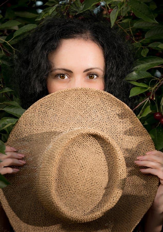 Красивая молодая женщина в саде вишни лета стоковые изображения rf