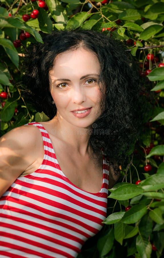 Красивая молодая женщина в саде вишни лета стоковая фотография rf