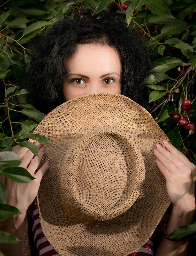 Красивая молодая женщина в саде вишни лета стоковое фото rf