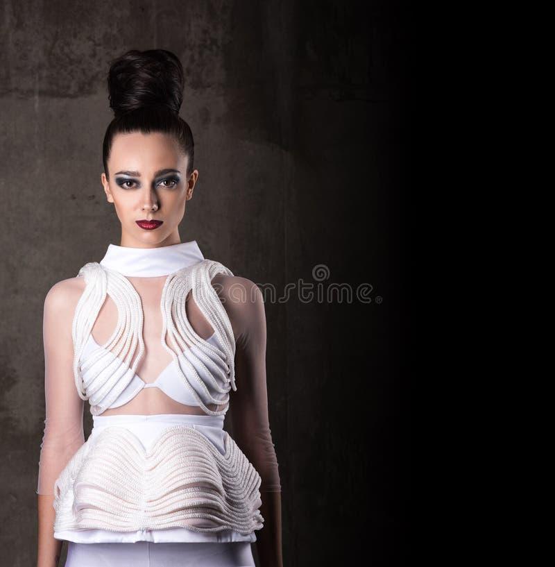 Красивая молодая женщина в футуристическом образе Собрано белое платье, волосы, состав стоковое изображение rf