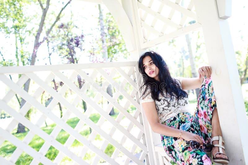 Красивая молодая женщина в яблонях стоковые фотографии rf