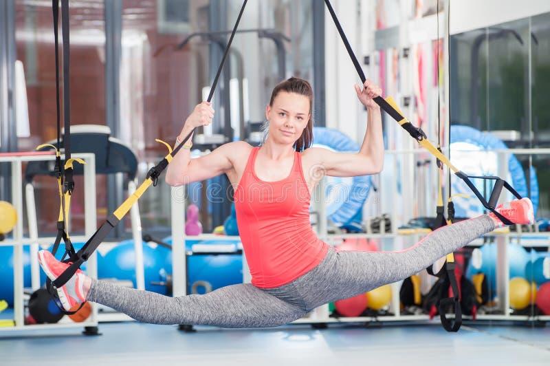 Красивая молодая женщина делая тренировку на TRX стоковые фото