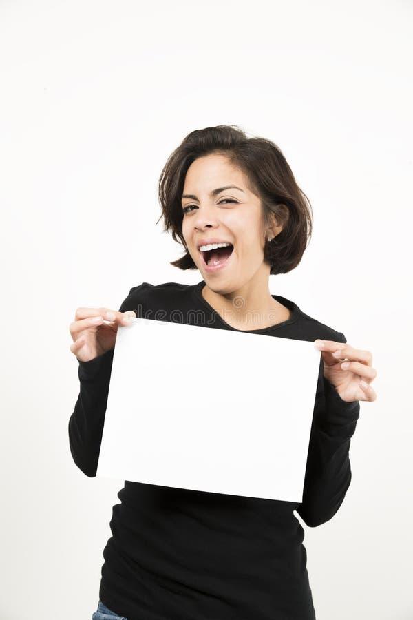 Красивая молодая женщина держа чистый лист бумаги стоковое фото
