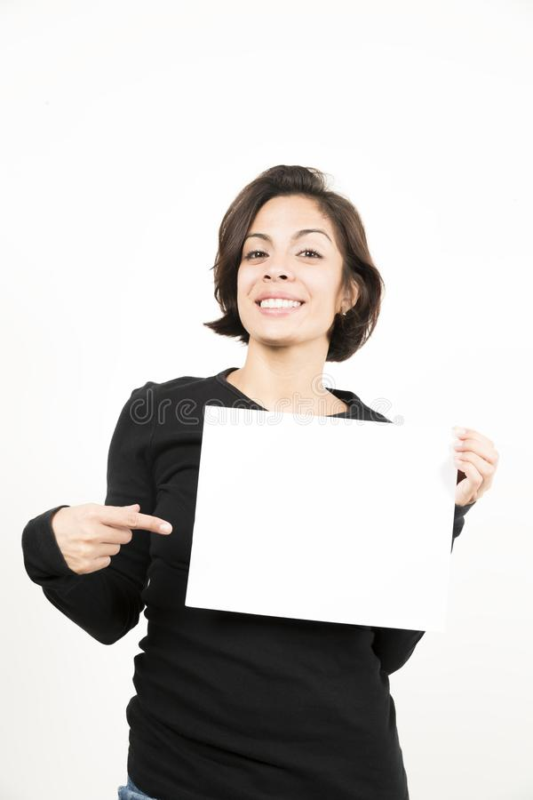Красивая молодая женщина держа чистый лист бумаги стоковая фотография rf