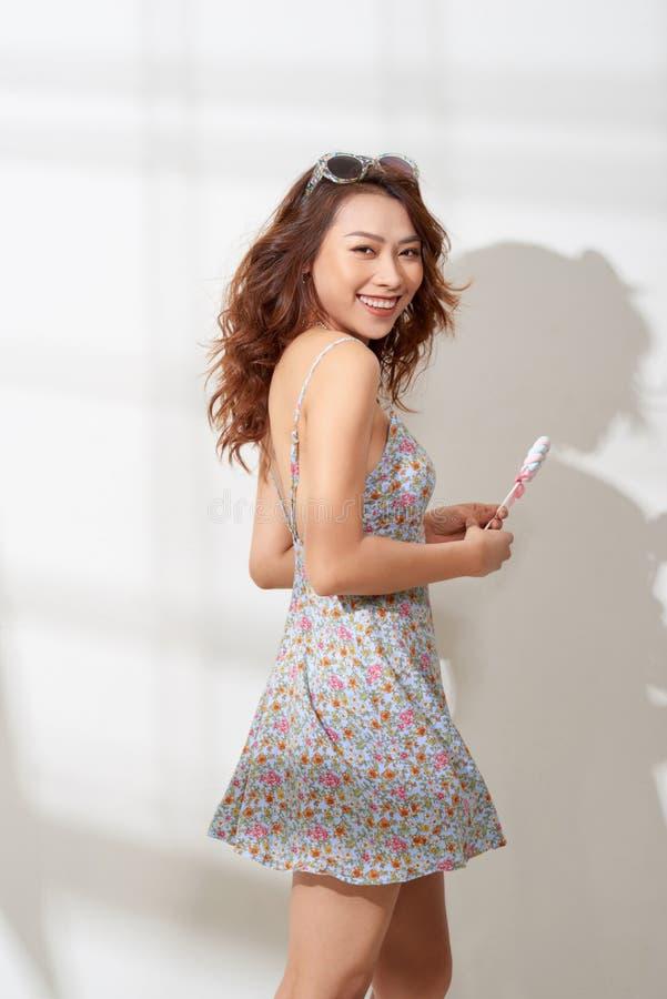 Красивая молодая женщина держит в конфете руки стоковое изображение