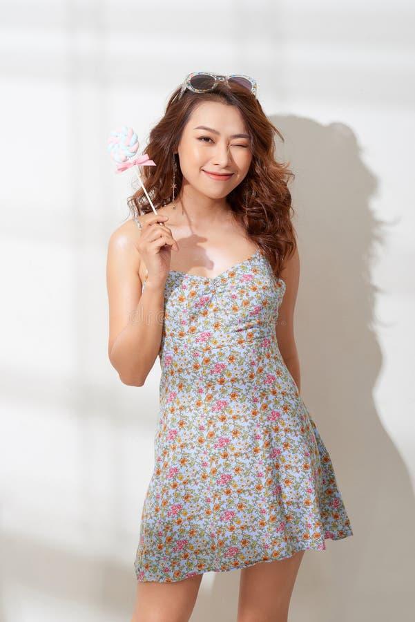 Красивая молодая женщина держит в конфете руки стоковые изображения