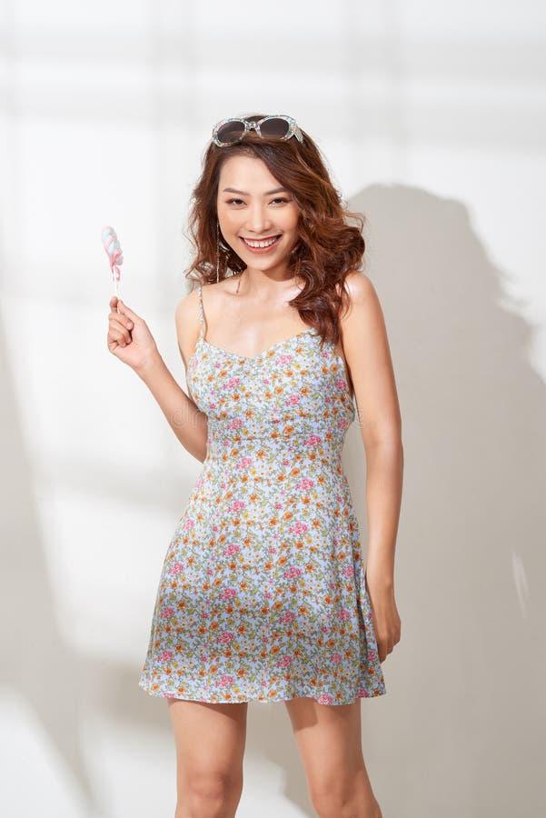 Красивая молодая женщина держит в конфете руки стоковое изображение rf