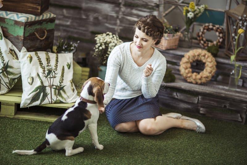Красивая молодая женщина играя с собакой стоковая фотография rf