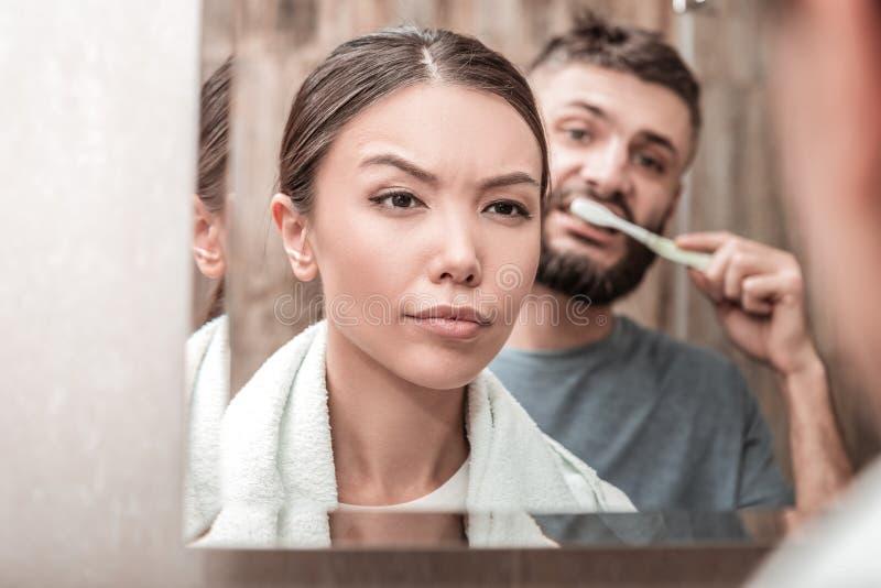 Красивая молодая женщина извлекая ее макияж в bathroom стоковое изображение rf