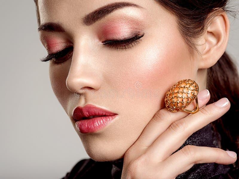 Красивая молодая женщина моды с живя губной помадой коралла Привлекательная белая девушка носит роскошные ювелирные изделия стоковое изображение
