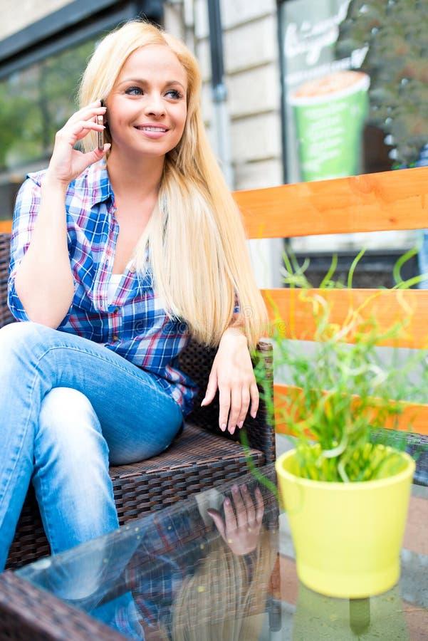 Красивая молодая женщина на террасе стоковые фотографии rf