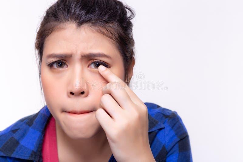 Красивая молодая женщина получает аллергической к контактным линзам Молодая дама получает ушибленной, тягостный, несчастный Милая стоковые фотографии rf