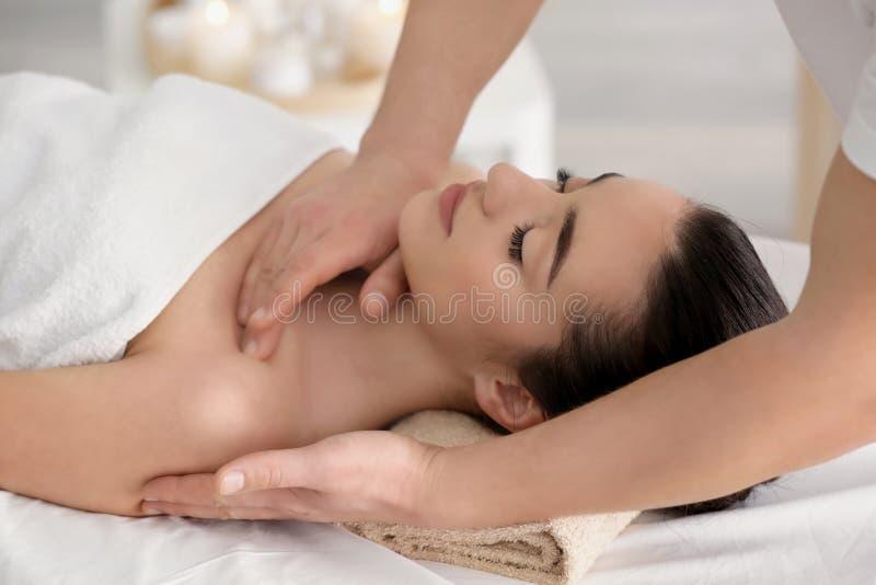 Красивая молодая женщина получая массаж стоковые изображения rf