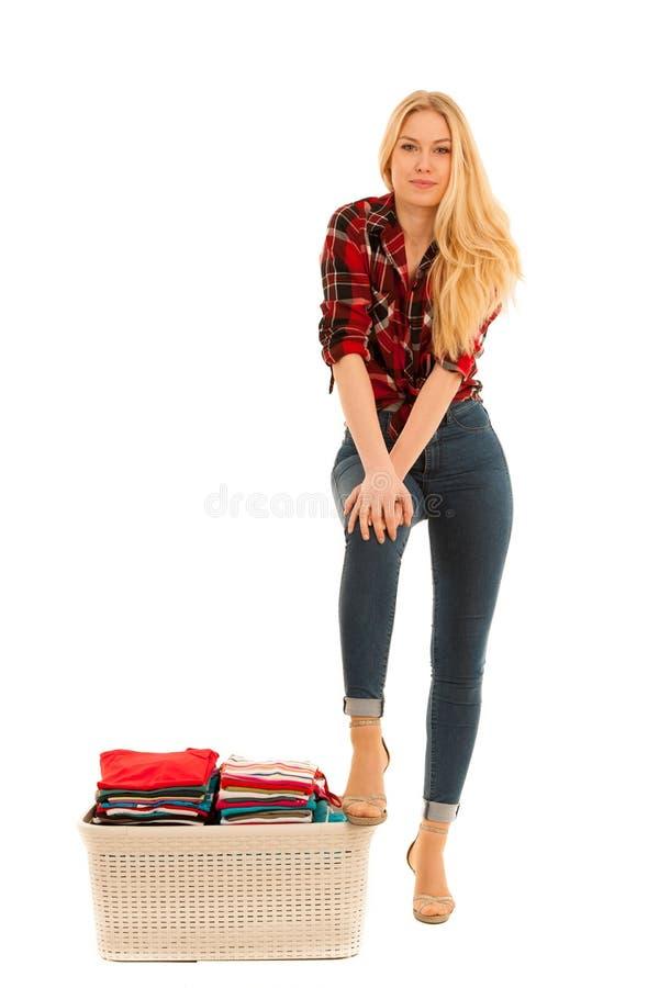 Красивая молодая женщина стоит победоносной над греннсяый вполне утюга стоковые фото