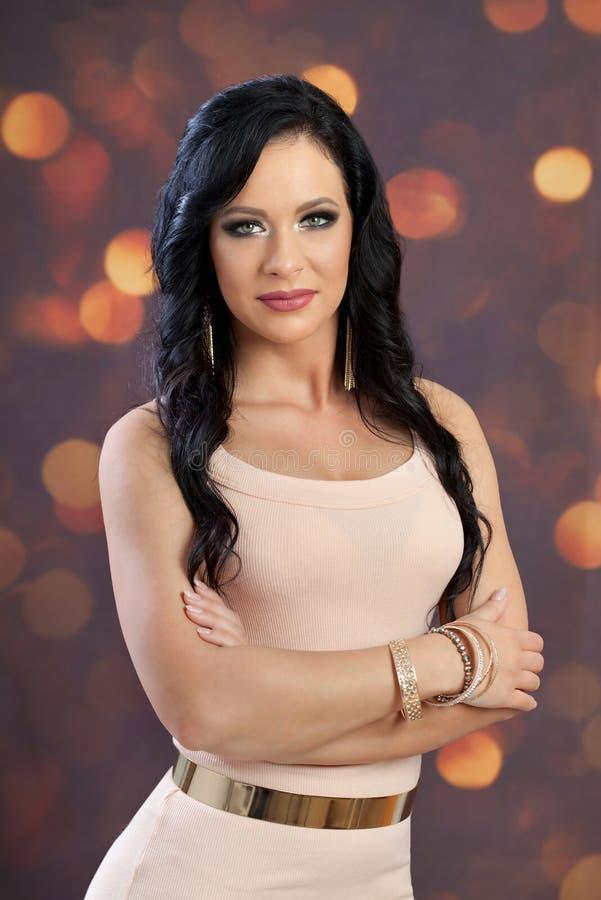 Красивая молодая женщина с длинными темными волосами уверенно женщина Всход студии стоковая фотография rf