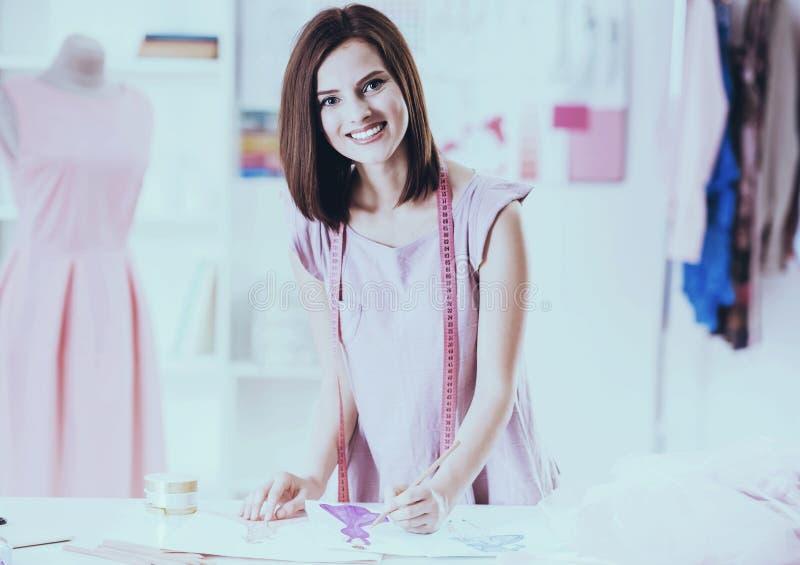 Красивая молодая женщина с измеряя лентой на плечах стоковое изображение rf