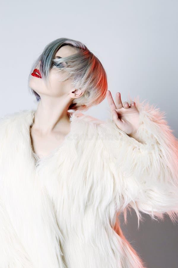 Красивая молодая женщина с красочным стилем причёсок стоковое изображение