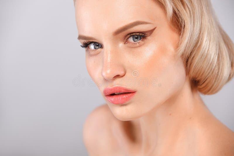 Красивая молодая женщина с чистой свежей кожей Лицевая обработка Косметология, красота и курорт стоковые фото