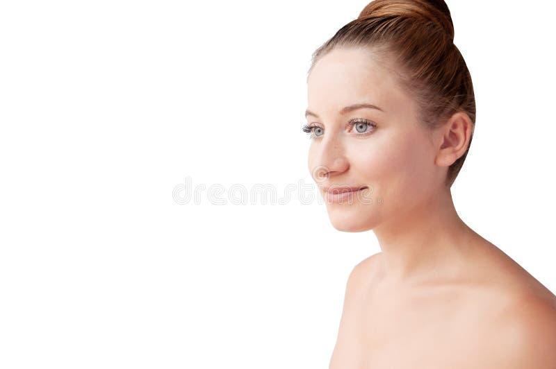 Красивая молодая женщина с чистой свежей кожей Лицевая обработка cosmetology стоковое фото