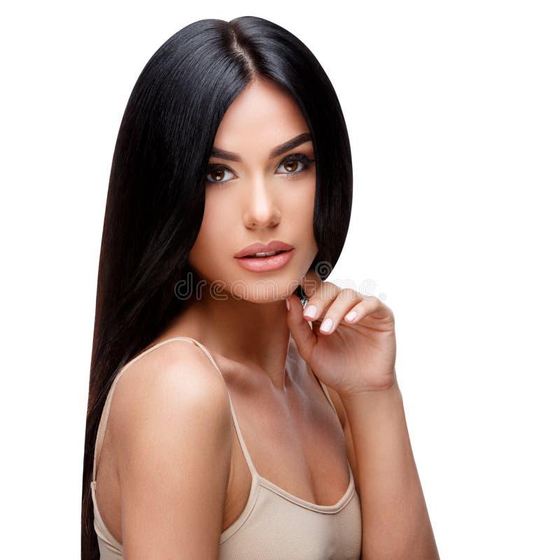 Красивая молодая женщина с чистыми здоровыми волосами стоковая фотография