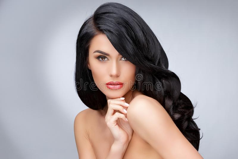 Красивая молодая женщина с чистым здоровым вьющиеся волосы стоковое изображение rf