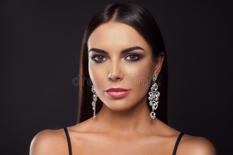 Красивая молодая женщина с элегантными ювелирными изделиями стоковое изображение rf
