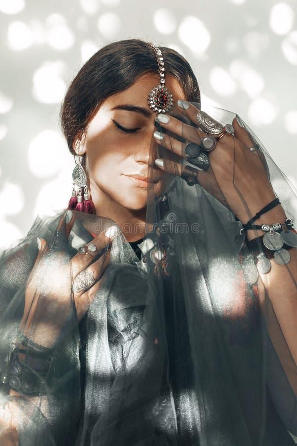 Красивая молодая женщина с этническим портретом аксессуаров стоковая фотография