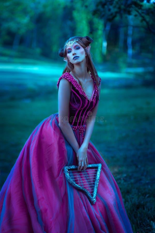 Красивая молодая женщина эльфа стоковые фото