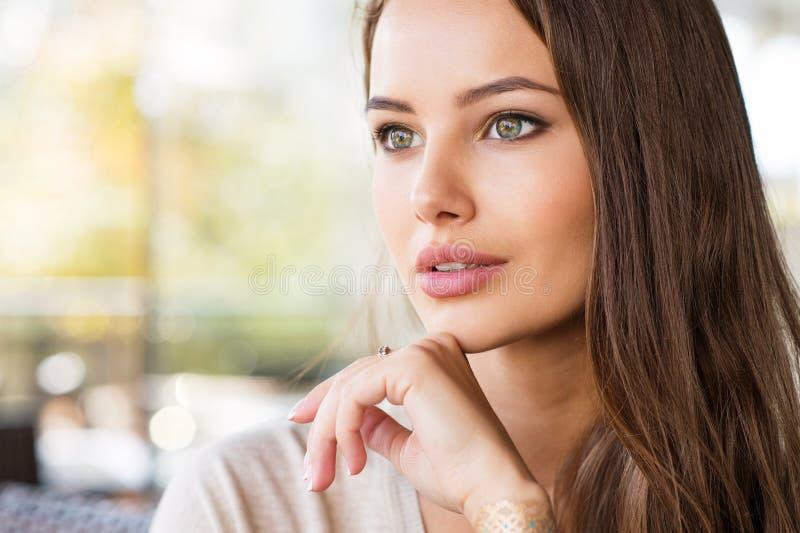 Красивая молодая женщина outdoors в солнечном дне стоковое фото