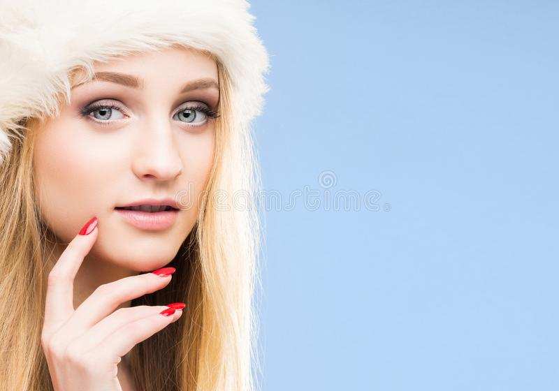 Красивая, молодая и милая девушка в шляпе рождества над предпосылкой с снегом стоковое изображение rf