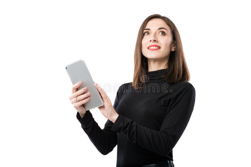 Тема технологии дела женщины Красивая молодая кавказская женщина в черной рубашке представляя положение с руками планшета дальше стоковые фото