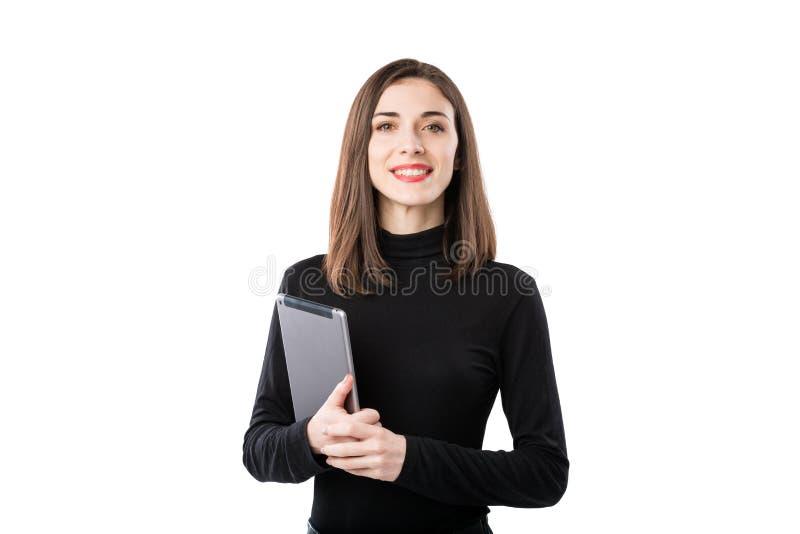 Тема технологии дела женщины Красивая молодая кавказская женщина в черной рубашке представляя положение с руками планшета дальше стоковые изображения rf