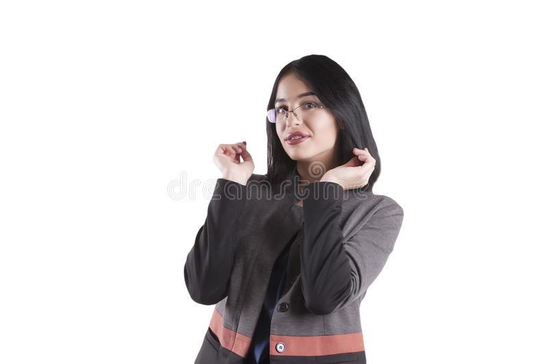 Красивая молодая коммерсантка, нося изолированные расчалки стекел брюнет усмехаясь стоковые фотографии rf