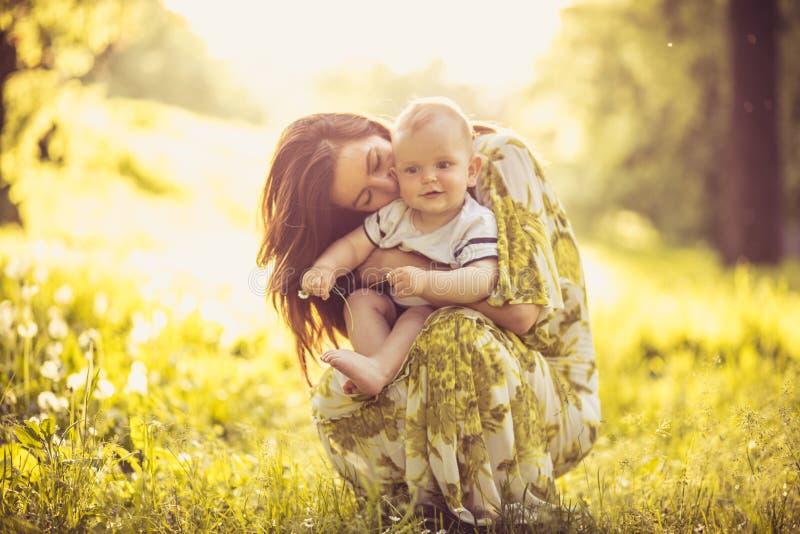 Красивая молодая мать с ее сыном младенца на природе Портрет стоковое фото rf