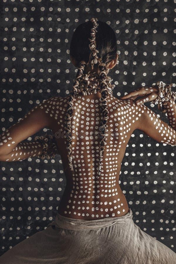 Красивая молодая привлекательная модная модель с традиционным орнаментом на коже от задней части концепция охотника женщины Амазо стоковые фотографии rf