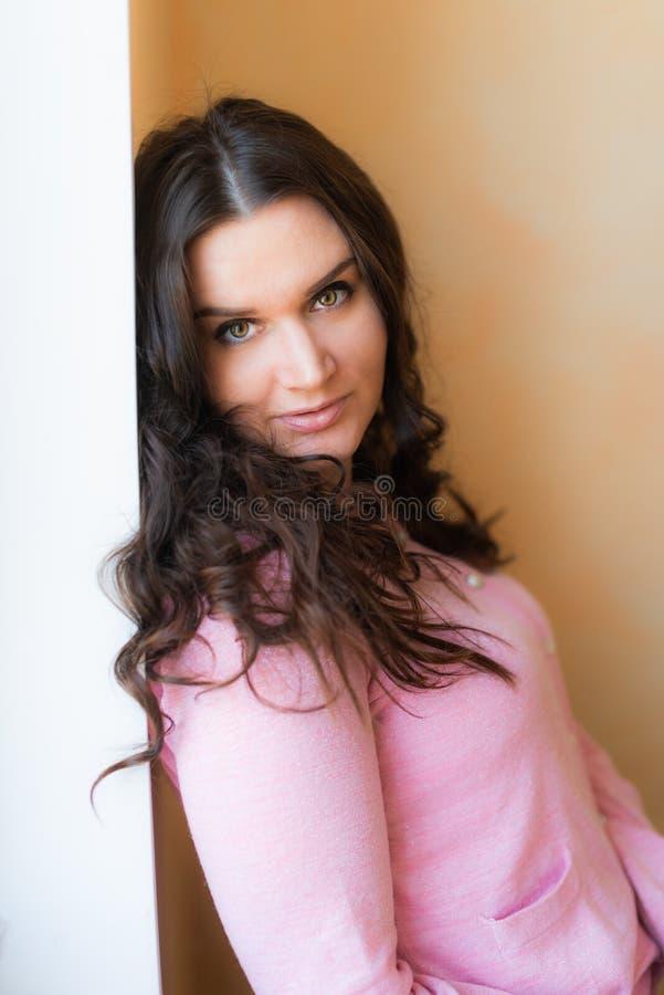 Красивая молодая счастливая усмехаясь женщина с длинным вьющиеся волосы стоковые изображения