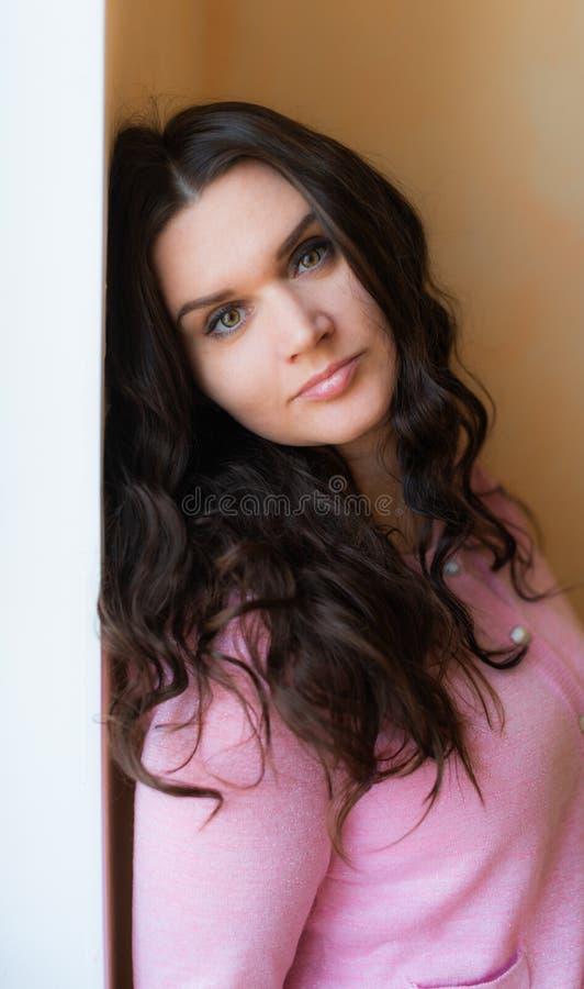 Красивая молодая счастливая усмехаясь женщина с длинным вьющиеся волосы стоковое изображение rf