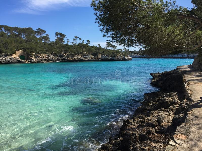 Красивая морская вода бирюзы пляжа залива, остров Майорки, Испания стоковые изображения
