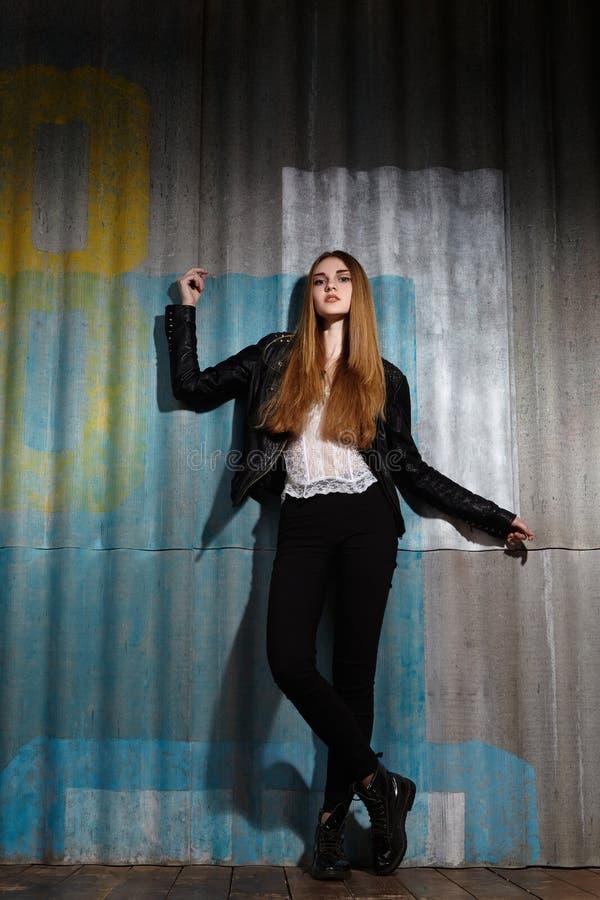 Красивая модель в куртке утеса кожаной, темный состав женщины моды Взгляд моды улицы Длинный стиль причёсок, прямые волосы стоковое изображение rf
