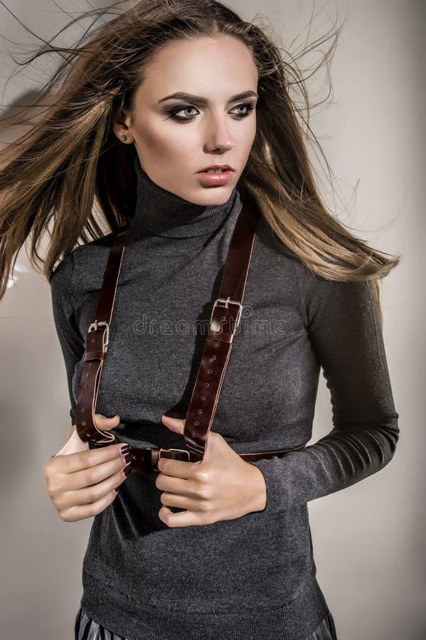 Красивая модель в одеждах моды стоковая фотография rf