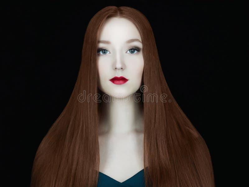 Красивая модель девушки с длинными здоровыми красными волосами стоковое фото