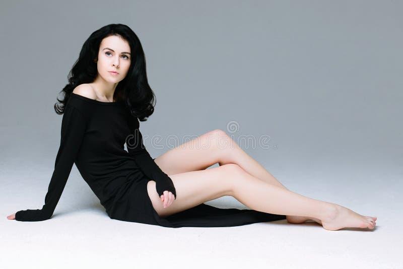 Красивая модель женщины брюнет стоковое изображение