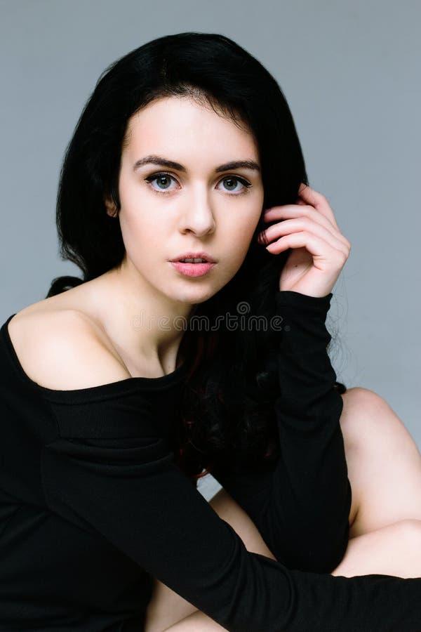 Красивая модель женщины брюнет стоковая фотография rf