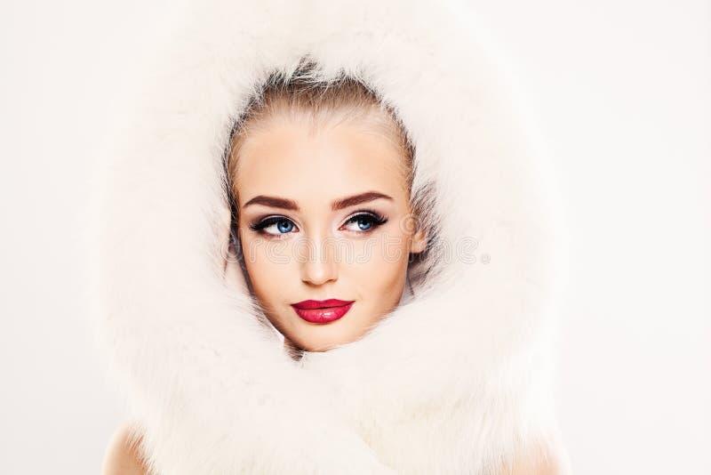 Красивая модель женщины зимы в белом мехе стоковое фото rf