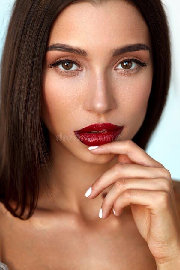 Красивая модель женщины с стороной красоты и профессиональным составом стоковые изображения rf