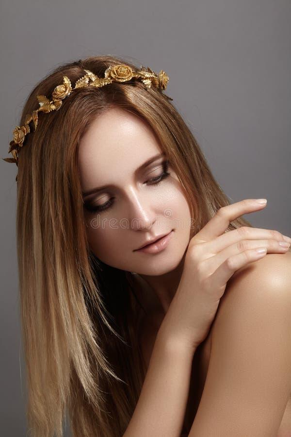 Красивая модель молодой женщины с волосами света летания Кожа красоты чистая, состав моды Стиль причёсок, haircare, состав стоковые фотографии rf