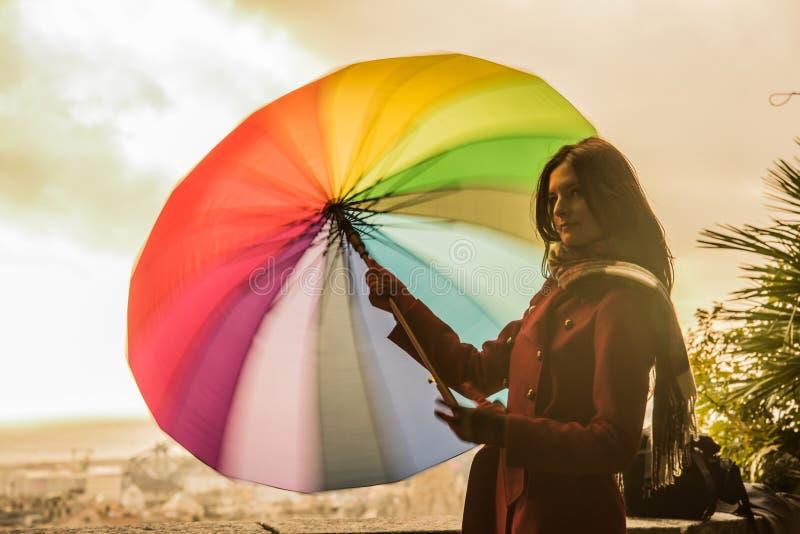 Красивая модель с красочным зонтиком стоковое изображение rf